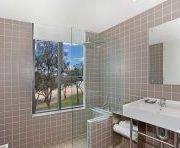 sparkling-clean-hotel-bathroom-gold-coast